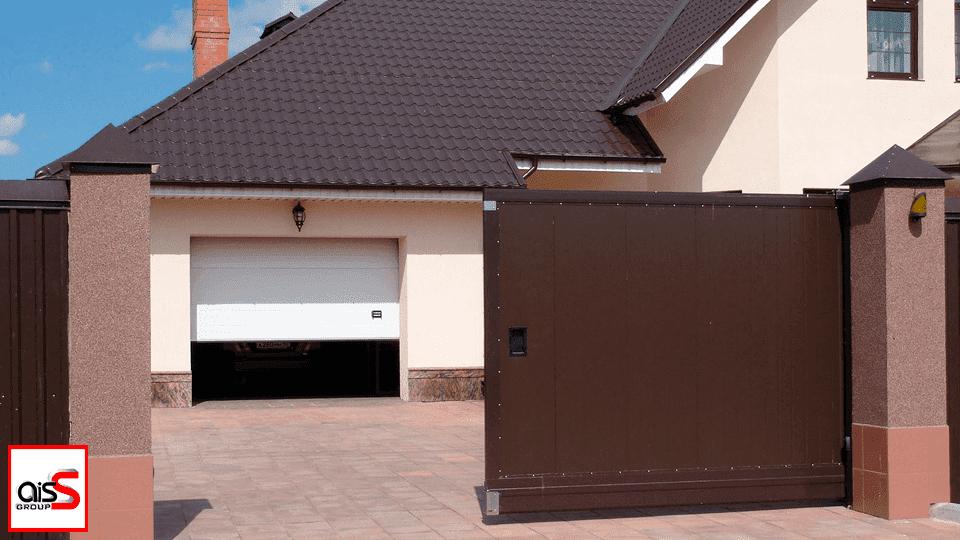 На фото автоматические въездные и гаражные ворота – это универсальные партнеры частного дома. Они позволяют сделать жизнь комфортной, простой и защищенной.