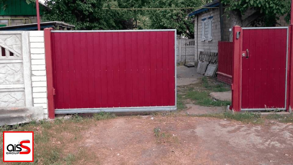 Откатные ворота, показанные на картинке - это самый популярный и удобный вид ворот на сегодня. Вне зависимости от зашивки, на откатные ворота цена у нас остается демократичной.