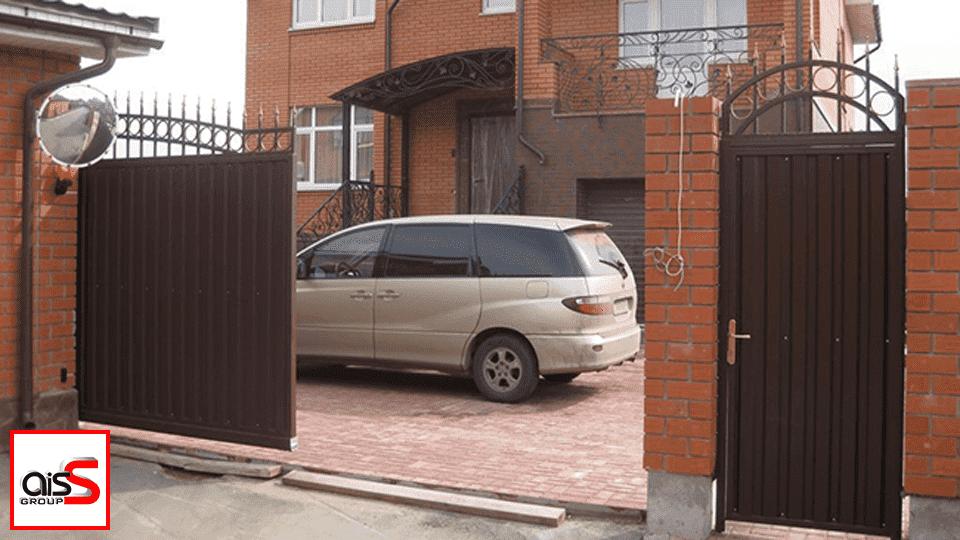 Откатные ворота, как на фото, обладают одной створкой, которая отъезжает вправо или влево.