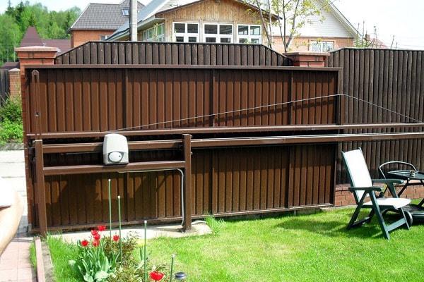 Электропривод для ворот откатных в частный дом. Картинка показывает пример использования устройства.