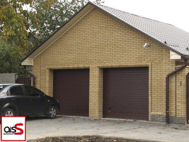 Фото двойных подъемных ворот в гараж частного дома.