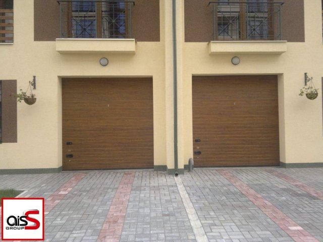 Двойные гаражные секционные ворота для дома на изображении.