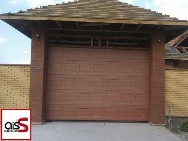 Классические откатные ворота для гаража частного дома на фото.