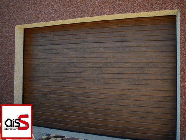 На фото длинные гаражные ворота с тиснением под дерево.