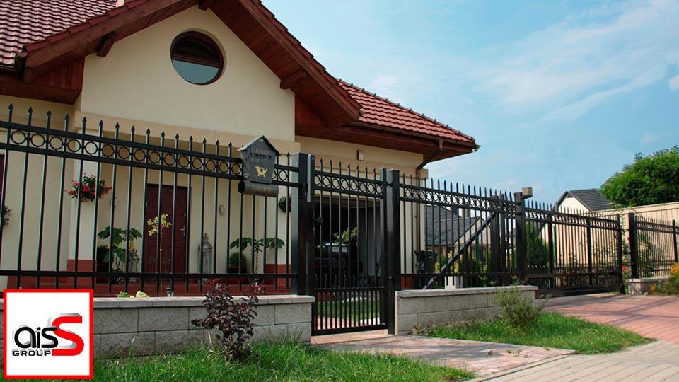 На фото кованые откатные ворота