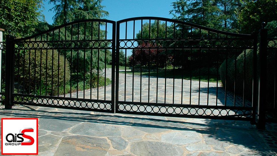 На фото кованые распашные ворота