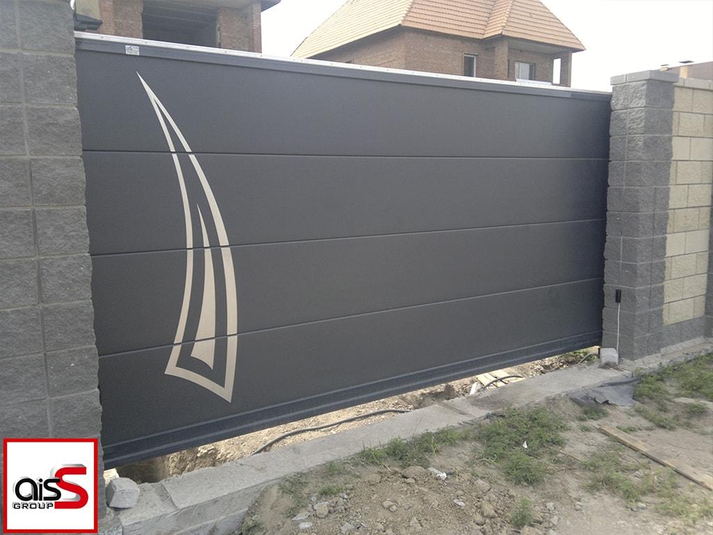 Темно-серые откатные ворота с аппликацией на фото.