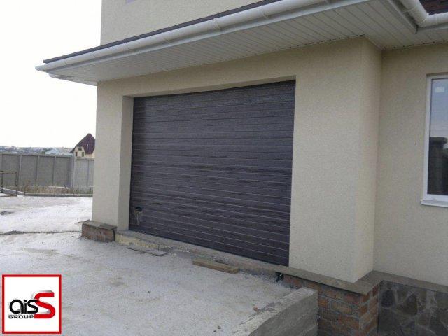 Подъемно-секционные ворота для гаража частного дома без вставок.