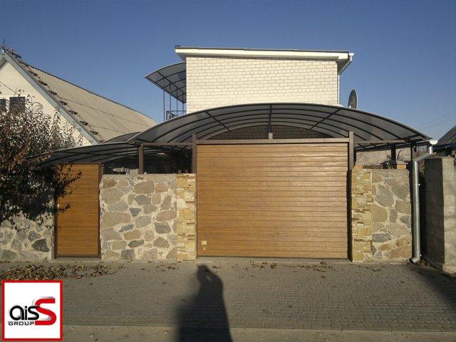 Уличные ворота секционные под навесом на картинке.