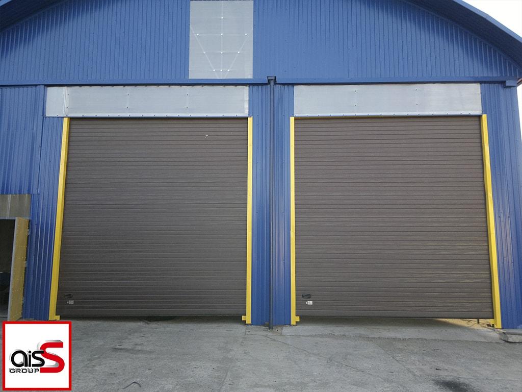 На фото стандартные секционные ворота без калитки и вставок.