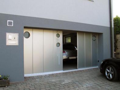 На изображении показаны откатные ворота металлические с двумя створками и декоративными прозрачными вставками.