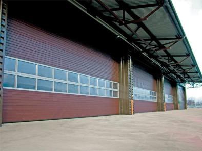 На картинке промышленные ворота откатные с встроенными окнами. Выполнены в красно-коричневом цвете.