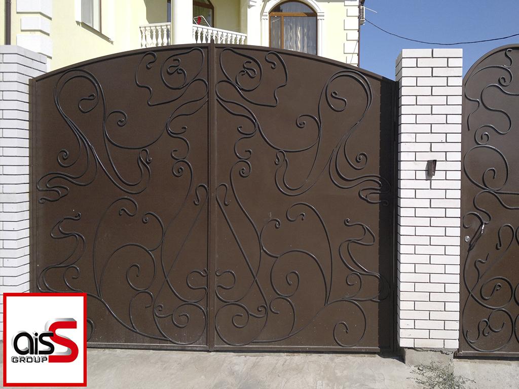 Металлические распашные ворота в частном доме.