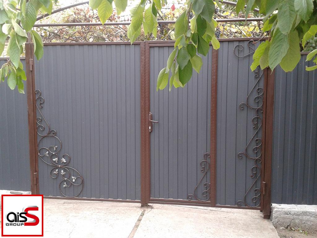 Распашные ворота из профнастила с элементами ковки и встроенной калиткой.