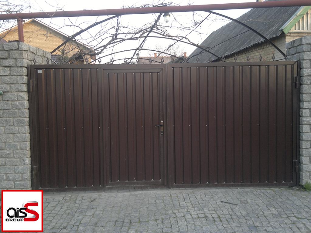 Распашные ворота в частном доме. Ворота с вмонтированной калиткой и зашиты профнастилом.