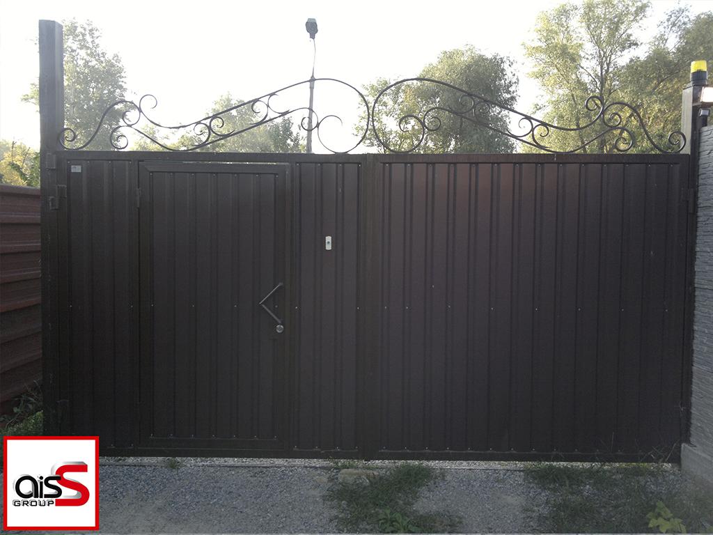 Распашные ворота с элементами ковки. Ворота со встроенной калиткой зашиты профнастилом цвет коричневый.