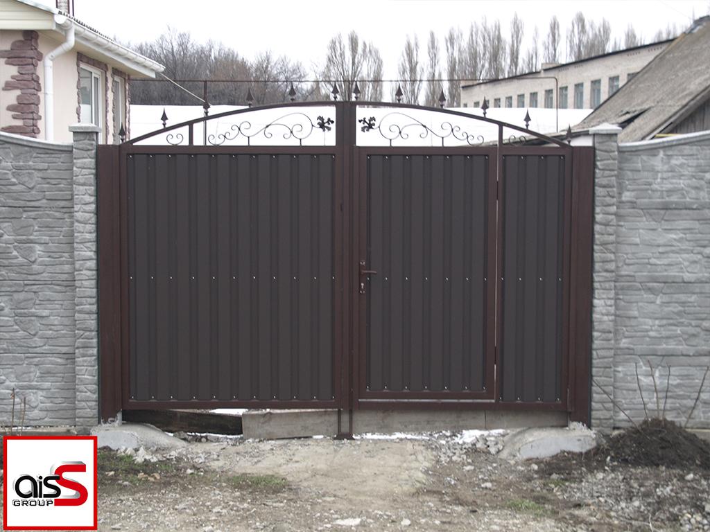 Распашные ворота из профнастила с элементами ковки. Ворота размером 4000 мм с вмонтированной калиткой.