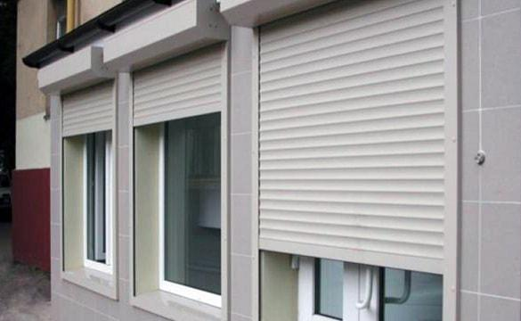 Рольставни на окна, пример которых показан на картинке. Защищают от лишнего света и попыток взлома