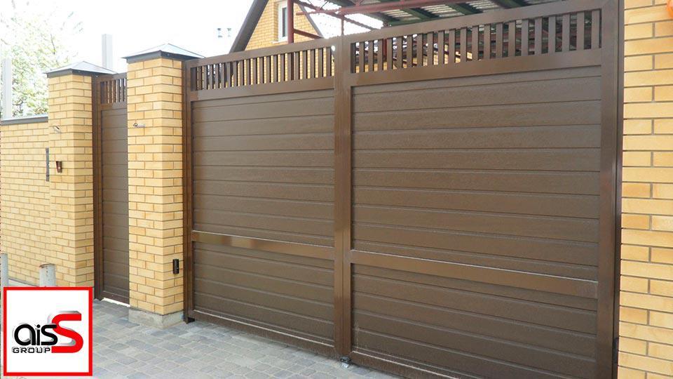 Картинка демонстрирует пример работы электропривода для распашных ворот в частном доме