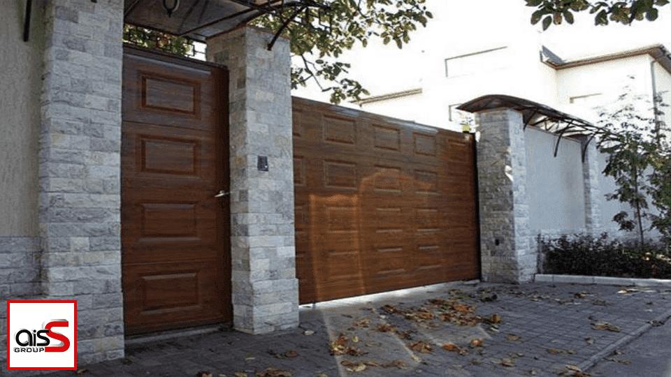 Уличные ворота, показанные на фото, очень важны для частных домов.