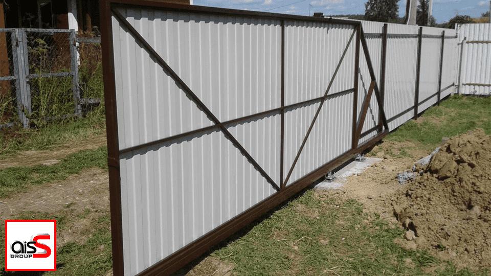 Установить консольные откатные ворота могут и профессионалы, и аматоры